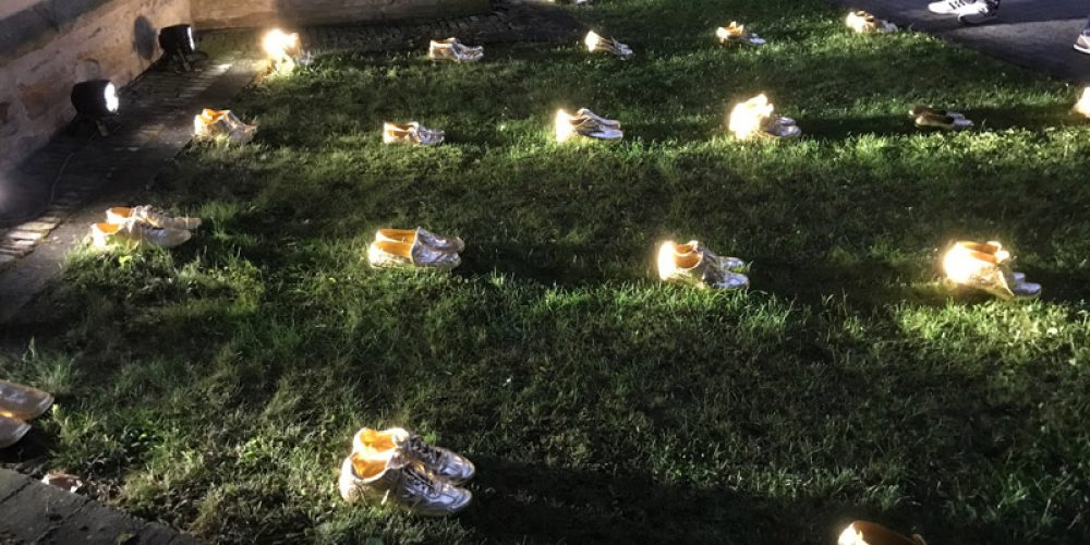 Goldene Schuhe bis zur Kirchhofmauer