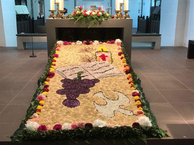 Blumenteppich in der Stadtkirche