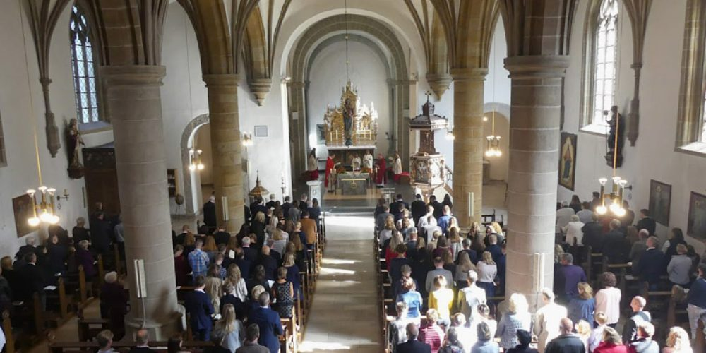 Weihbischof Berenbrinker firmt 115 Jugendliche